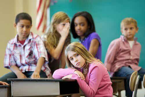 Rejet entre pairs : le problème des enfants exclus
