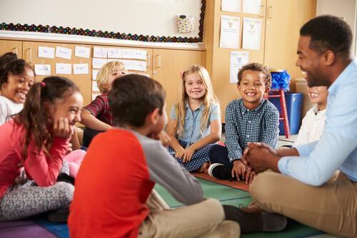 Un professeur en classe avec ses élèves