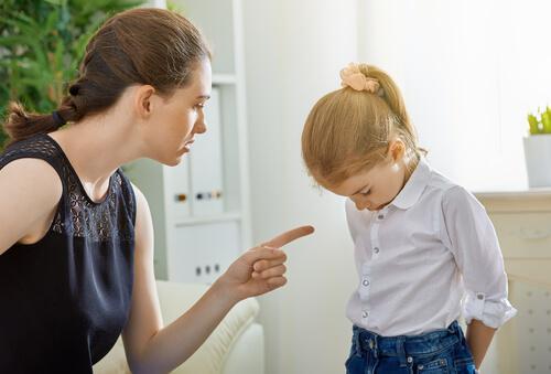Une mère punit sa fille
