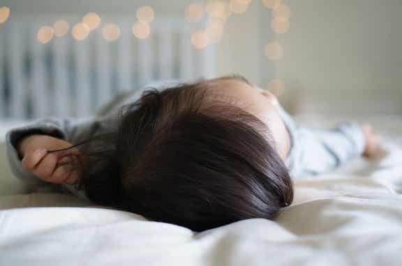 Mon bébé est tombé du lit : que faire ?