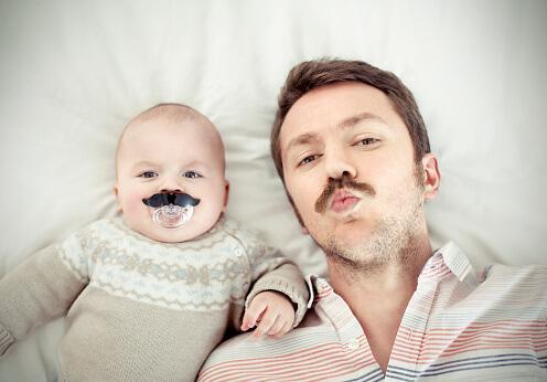 Un bébé et son père avec une moustache