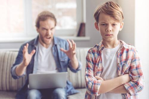 Un père dispute son fils