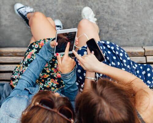 Deux filles accros à leur portable