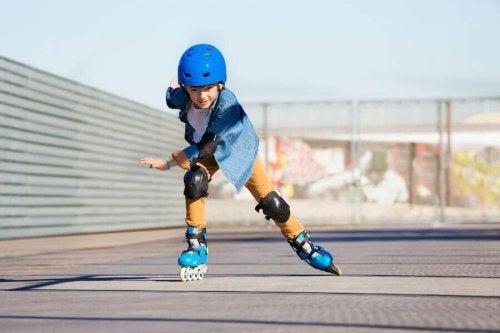 Un enfant pratique le roller
