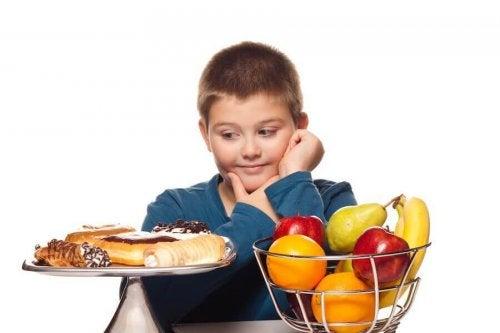 Un enfant devant la tentation du sucré