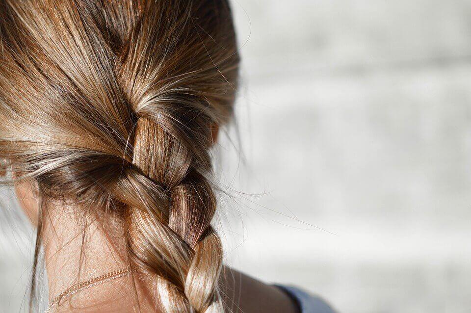 Les tresses font partie des coiffures simples et décontractées les plus utilisées.