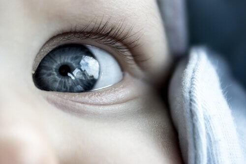 retirer les sécrétions oculaires du bébé