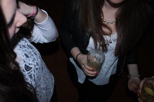 Boire de l'alcool à l'adolescence peut comprendre divers motifs.