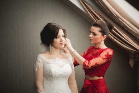 Une amie aide la mariée