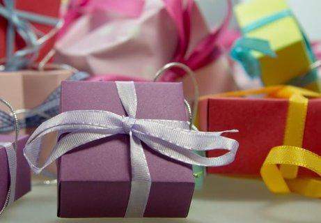 Des cadeaux sur une table