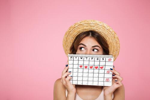 Une femme avec son calendrier de menstruation
