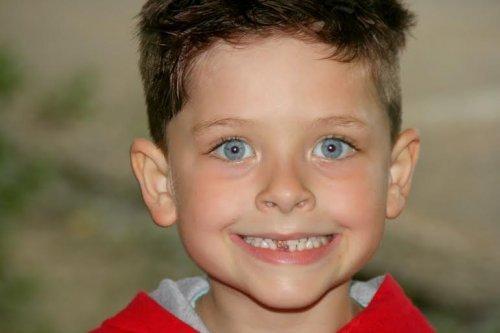 Un enfant sourit