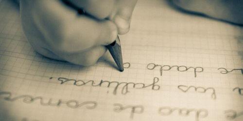 enfant qui écrit