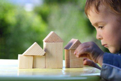 Un enfant construit une maison en bois
