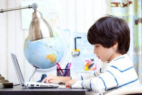 Les études et l'amour du travail font partie des choses que les enfants apprennent de leurs parents.