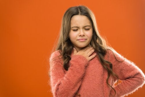 enfant souffrant de nodules et de polypes sur les cordes vocales