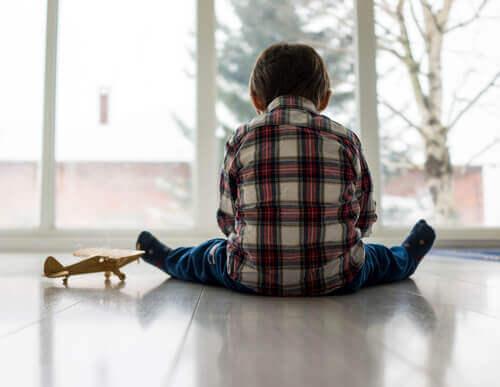 Enfant qui joue seul
