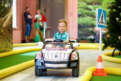 Un enfant conduit sa voiture électrique