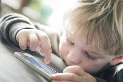 Un enfant joue avec un portable