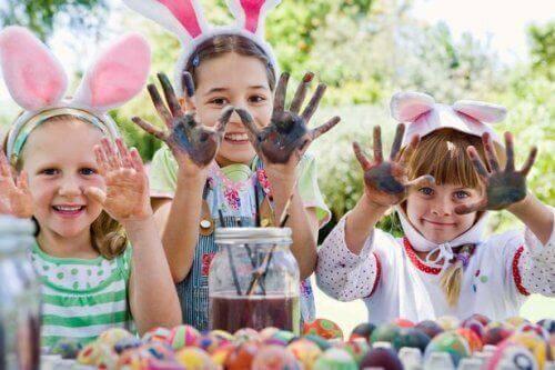 Des enfants font de la peinture avec les mains