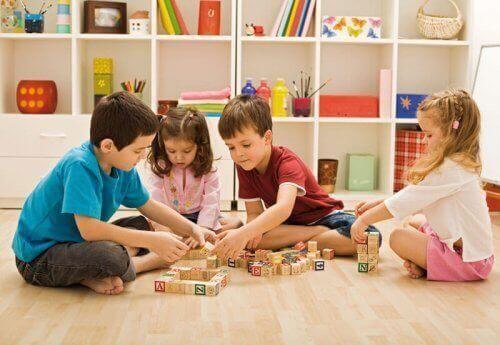Il n'est pas nécessaire d'acheter des accessoires coûteux pour organiser la salle de jeux des enfants.