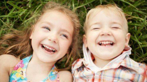 Deux enfants rient