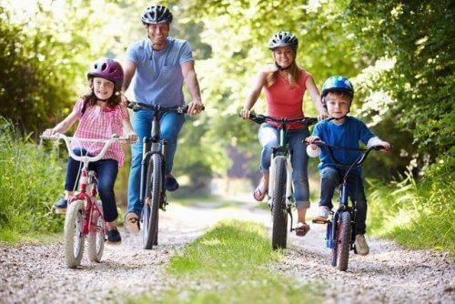 Une famille en promenade à vélo