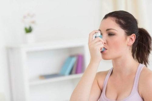 Femme avec aide médicale