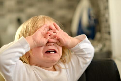 Une fille pleure