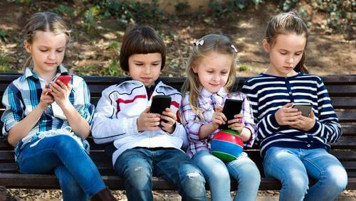 Des filles avec leur portable