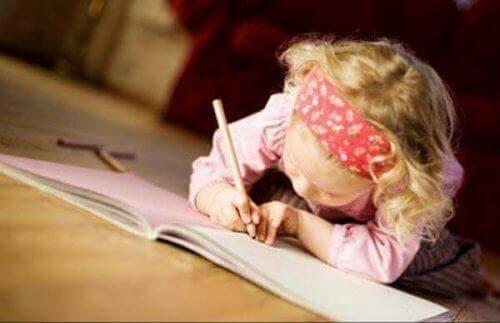 fillette qui écrit dans son journal
