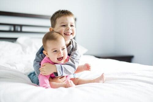 Avoir un frère, c'est comme avoir un complice de jeux et d'aventures pour la vie.