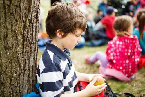 Que faire si mon enfant ne veut pas interagir avec ses camarades de classe ?