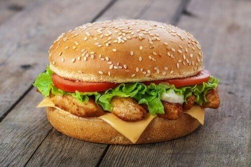 Les hamburgers sont une recette pratique pour faire manger de la viande aux enfants.