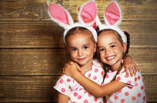 Deux filles avec un diadème oreilles de lapin