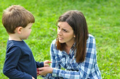 Une mère parle avec son fils