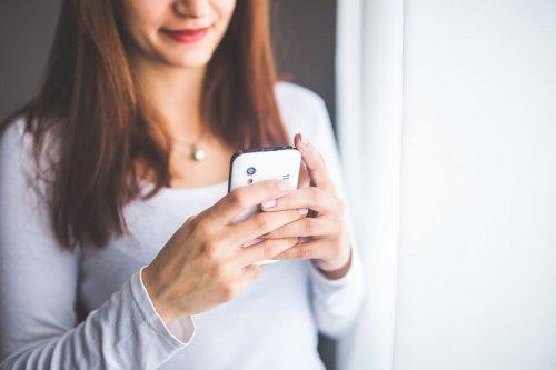 Une mère lit les messages du groupe WhatsApp