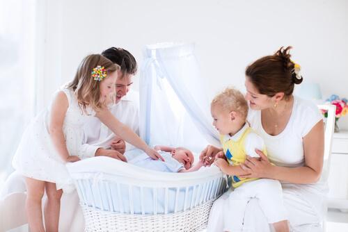 Une famille autour du nouveau-né