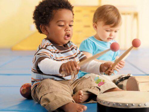 La musique comme forme d'apprentissage est de plus en plus intégrée dans l'éducation des enfants.