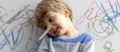 Le nez d'un enfant grandit à cause d'un mensonge