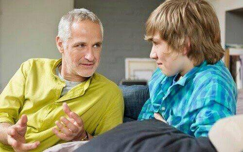 Un père discute avec son fils