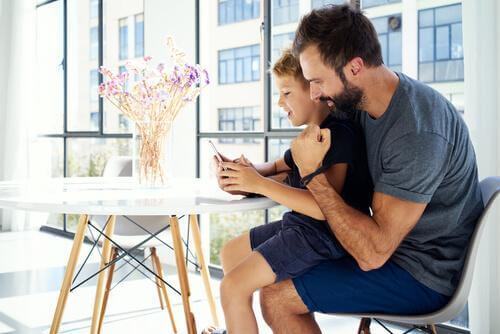Les parents doivent-ils vérifier le téléphone portable de leur enfant ?