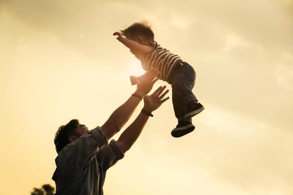 père qui joue avec son fils