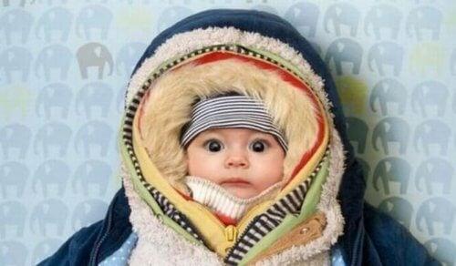 Les accessoires sont très importants pour habiller un bébé en hiver.