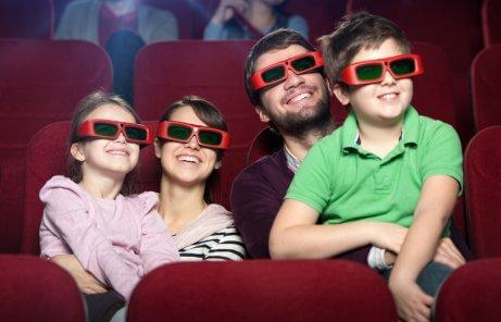 Une famille regarde un film en 3D