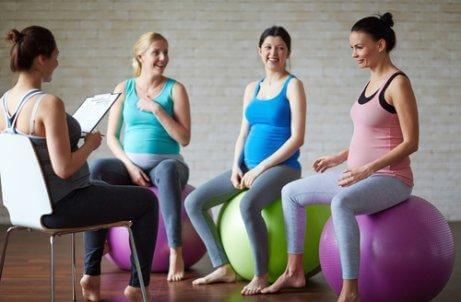 Des femmes pratiquent le yoga