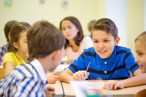 Lorsqu'un enfant parle trop en classe,il est possible qu'il ne soit pas assez attentif et que son rendement scolaire diminue.