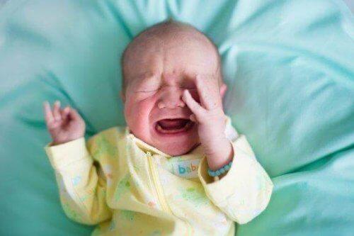 Pourquoi les bébés se réveillent-ils en pleurant ?