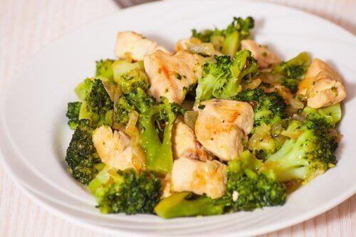 Le brocoli au poulet est l'une des recettes riches en calcium pour le second trimestre de grossesse.