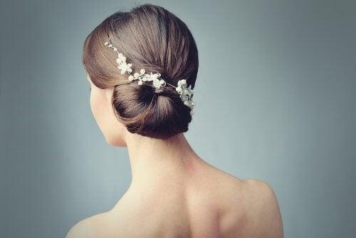 cheveux attachés avec des fleurs